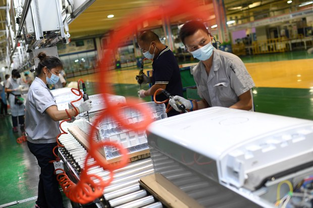 China's Economic Growth Overshadowed by COVID Spread