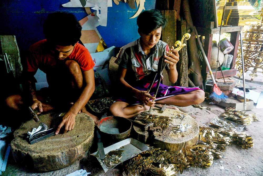 A shop worker carefully trims the pieces. (Myo Min Soe/RFA)
