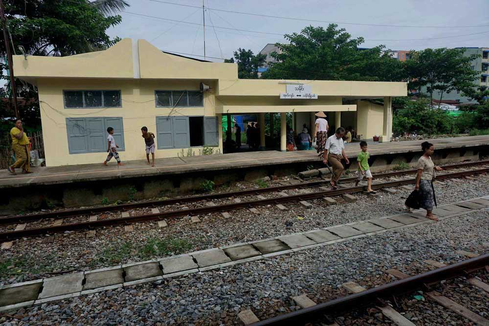 A smattering of passengers leaves Thamine Station. (Myo Min Soe/RFA)