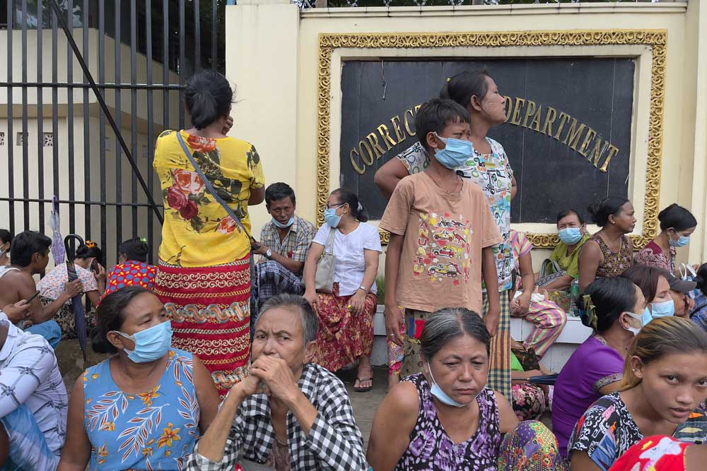 Friends and family members hope for the release of their loved ones outside Insein Prison in Yangon. (Citizen journalist)