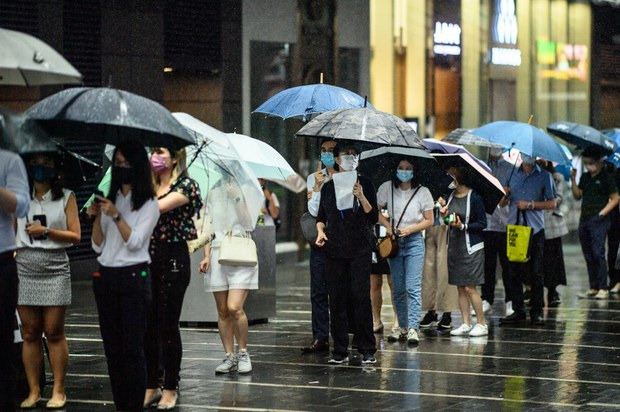 Thousands Stand in Line to Buy Last Print Copy of Hong Kong Paper