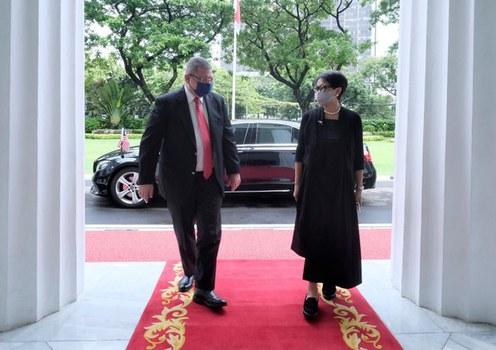 Malaysian Foreign Minister Saifuddin Abdullah (left) talks with Indonesian counterpart Retno Marsudi in Jakarta, Oct. 18, 2021.