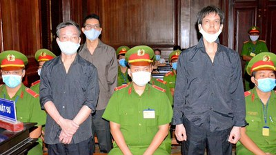 Vietnamese bloggers Nguyen Tuong Thuy (L), Le Huu Minh Tuan (3rd L), and Pham Chi Dung (R) face trial on anti-state charges at the courthouse in Ho Chi Minh City, Jan. 5, 2021.